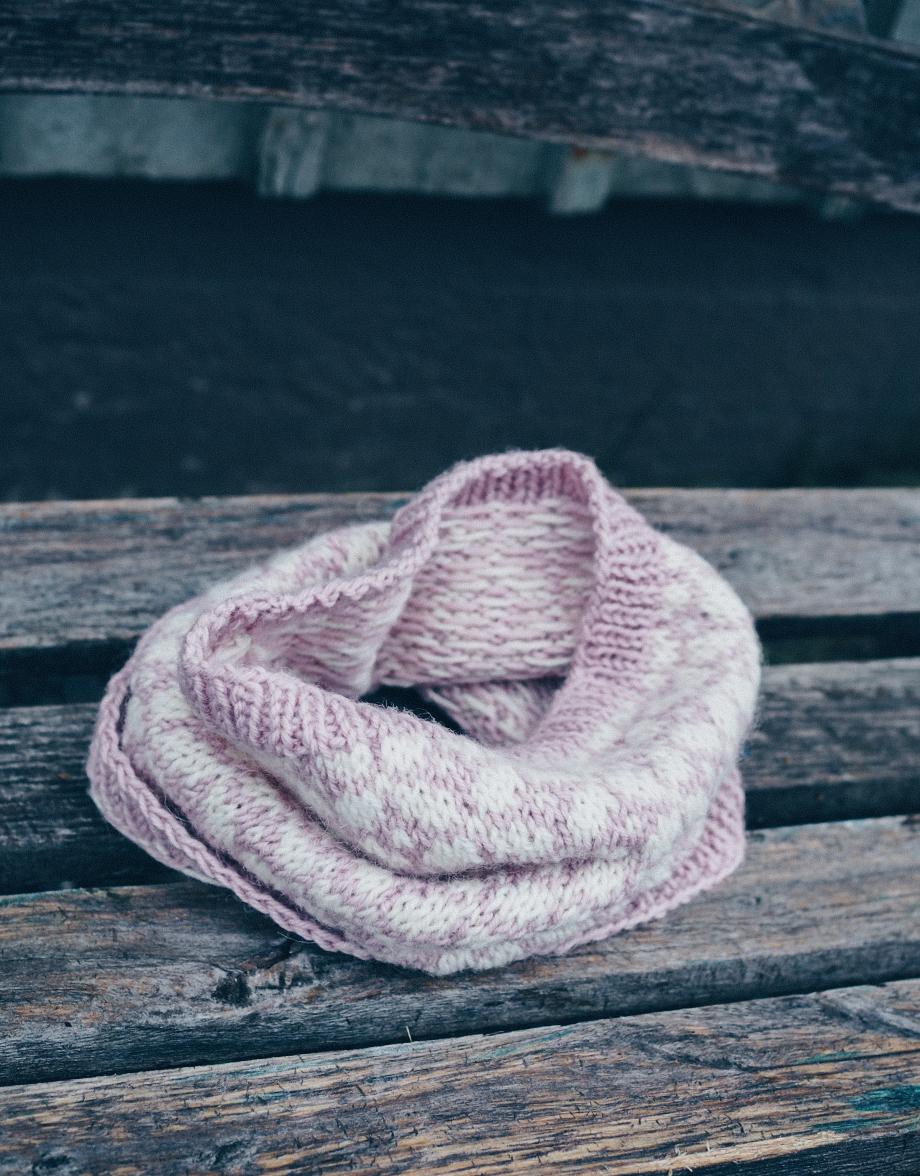 Siro pyöröhuivi kirjoneuleena – väreinä vaaleanpunaista ja valkoista