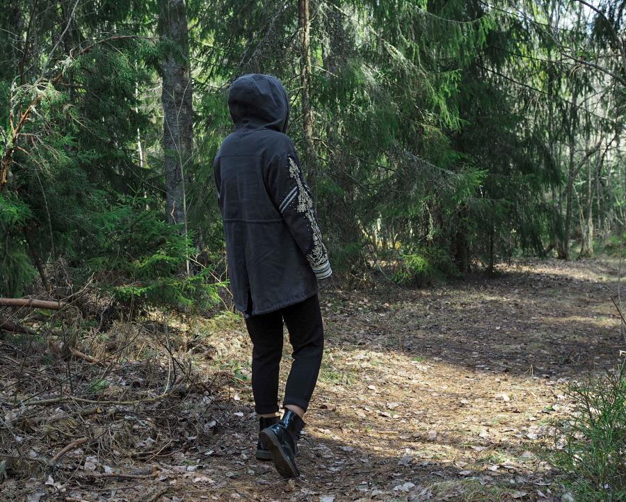 Kierrätysvaatteet metsämaisemissa ja ihana pieni hoitokoira