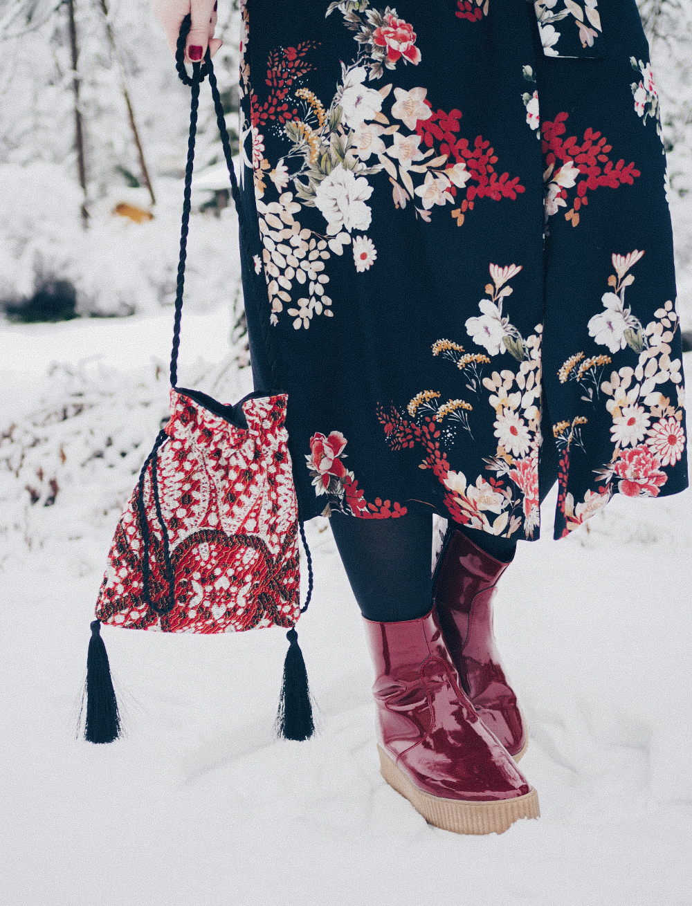 Viininpunainen toimii vaatteissa, kengissä ja huulilla